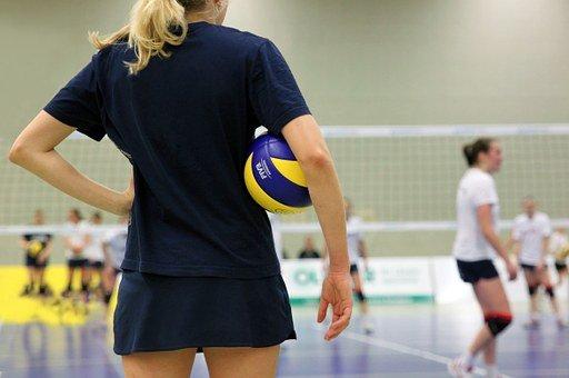 Jakie ubrania są zwykle noszone do gry w siatkówkę?